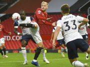 Gelandang Manchester United, Donny van de Beek, mengontrol bola saat melawan Tottenham Hotspur pada laga Liga Inggris di Stadion Old Trafford, Minggu (4/10/2020). Tottenham menang dengan skor 6-1