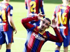 Penyerang Barcelona, Antoine Griezmann, melakukan selebrasi usai mencetak gol ke gawang Osasuna pada laga Liga Spanyol di Stadion Camp Nou, Minggu (29/11/2020). Barca menang dengan skor 4-0