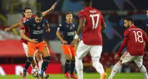 Striker Manchester United, Edinson Cavani, berebut bola dengan pemain Istanbul Basaksehir, Rafael, pada laga Liga Champions di Stadion Old Trafford, Rabu (25/11/2020). Setan Merah menang dengan skor 4-1.