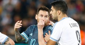 Megabintang timnas Argentina, Lionel Messi berbicara dengan pemain timnas Uruguay, Luis Suarez pada laga persahabatan di Stadion Bloomfield, Tel Aviv, Senin (18/11/2019). Messi dan Cavani bersitegang sehingga keduanya harus sampai dipisahkan rekan-rekannya.