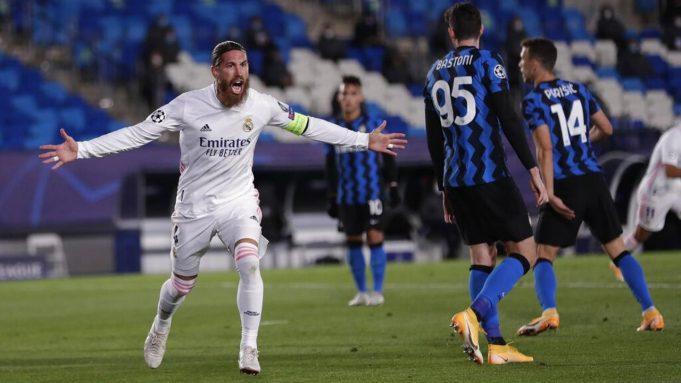 Pemain Real Madrid Sergio Ramos melakukan selebrasi usai mencetak gol ke gawang Inter Milan pada pertandingan Grup B Liga Champions di Stadion Alfredo Di Stefano, Madrid, Spanyol, Selasa (3/11/2020). Real Madrid menang tipis 3-2.