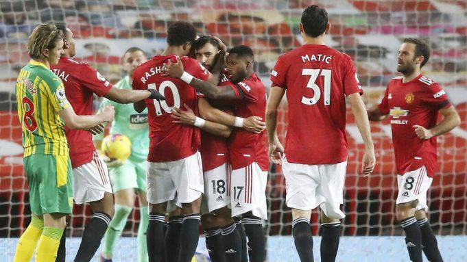 Para pemain Manchester United merayakan gol yang dicetak oleh Bruno Fernandes ke gawang West Bromwich Albion pada laga Liga Inggris di Stadion Old Trafford, Minggu (22/11/2020). MU menang dengan skor 1-0.