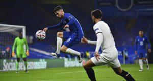 Gelandang Chelsea, Jorginho, berebut bola dengan gelandang Rennes, Martin Terrier, pada laga lanjutan Liga Champions 2020/2021 di Stadion Stamford Bridge, Kamis (5/11/2020) dini hari WIB. Chelsea menang 3-0 atas Rennes.
