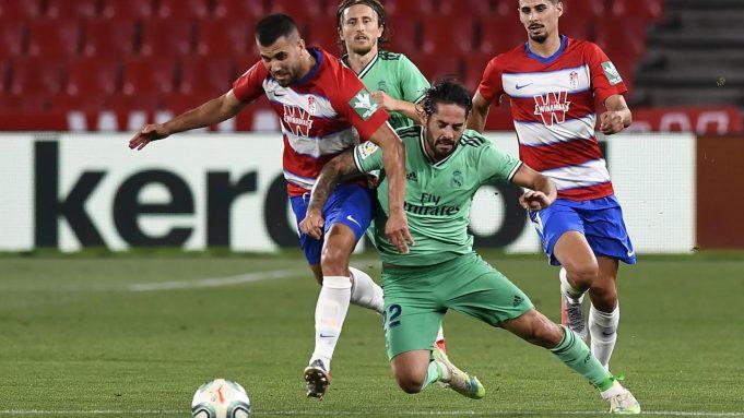 Gelandang Real Madrid, Isco, berebut bola dengan gelandang Granada, Fede Vico, pada laga lanjutan La Liga pekan ke-36 di di Estadio Nuevo Los Carmenes, Selasa (14/7/2020) dini hari WIB. Real Madrid menang 2-1 atas Granada.