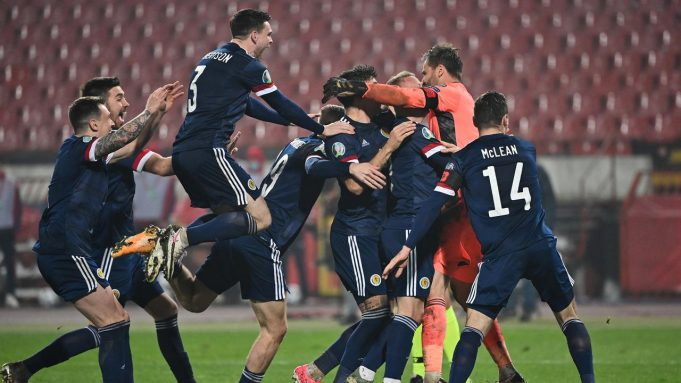 Pemain Skotlandia merayakan kemenangan atas Serbia pada babak playoff Piala Eropa 2020 di Red Star Stadium, Jumat (13/11/2020) dini hari WIB. Skotlandia menang 5-4 atas Serbia lewat adu penalti.