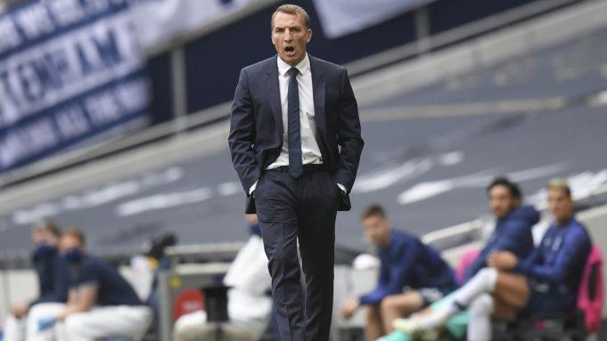 Pelatih Leicester City, Brendan Rodgers, memberikan arahan kepada anak asuhnya saat melawan Tottenham Hotspur pada laga Premier League di London, Minggu (19/7/2020). Tottenham Hotspur menang tiga gol tanpa balas.
