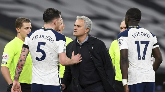 Pelatih Tottenham Hotspur, Jose Mourinho (tengah)bereaksi saat berbicara dengan Pierre-Emile Hojbjerg usai pertandingan melawan Manchester City di Stadion Tottenham Hotspur di London, Inggris, Sabtu (21/11/2020). Tottenham menang atas City 2-0.