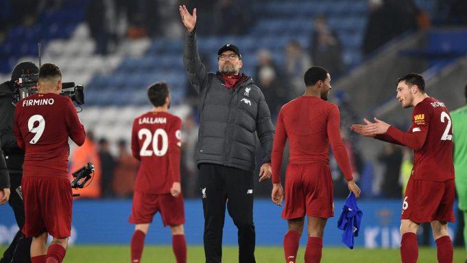 Pelatih Liverpool Jurgen Klopp (tengah) melambaikan tangan kepada para suporter ketika mereka merayakan kemenangan atas Leicester City pada pertandingan Liga Inggris di King Power Stadium, Leicester, Inggris, Kamis (26/12/2019). Liverpool menang 4-0.