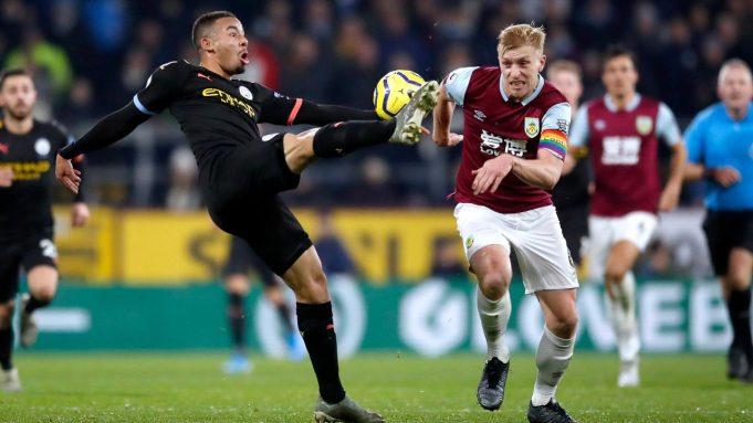 Pemain Manchester City Gabriel Jesus (kiri) dan pemain Burnley Ben Mee berebut bola pada pertandingan Liga Inggris di Turf Moor, Burnley, Inggris, Selasa (3/12/2019). The Citizens mencukur Burnley 1-4, Gabriel Jesus mencetak dua gol.