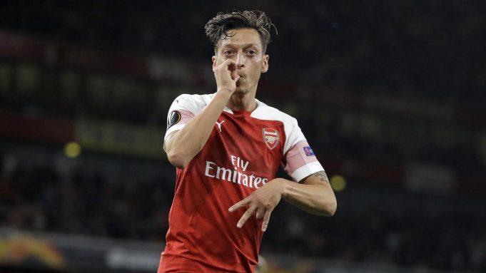 Pemain Arsenal, Mesut Ozil, melakukan selebrasi usai mencetak gol ke gawang Vorskla Poltava pada laga Liga Europa di Stadion Emirates, Kamis, (20/9/2018).
