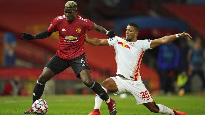 Gelandang Manchester United, Paul Pogba, berebut bola dengan pemain RB Leipzig, Benjamin Henrichs, pada laga Liga Champions di Stadion Old Trafford, Kamis (29/10/2020). MU menang dengan skor 5-0.