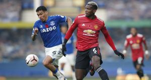 Gelandang Manchester United, Paul Pogba, berebut bola dengan gelandang Everton, Allan, pada laga lanjutan Liga Inggris di Goodison Park Stadium, Sabtu (7/11/2020) malam WIB. Manchester United menang 3-1 atas Everton.