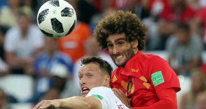 Pemain timnas Inggris, Ashley Young berebut bola dengan pemain Belgia, Marouane Fellain pada laga terakhir Grup G di Stadion Kaliningrad, Kamis (28/6). Belgia menutup fase grup Piala Dunia 2018 dengan kemenangan 1-0 atas Inggris