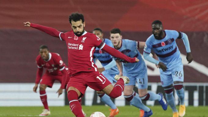 Mohamed Salah dari Liverpool mencetak gol pertama timnya selama pertandingan sepak bola Liga Premier Inggris antara Liverpool dan West Ham United di stadion Anfield di Liverpool, Inggris, Sabtu, 31 Oktober 2020.