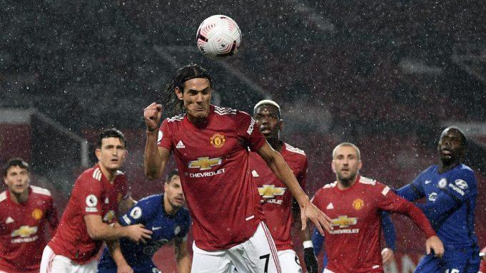 Striker Manchester United (MU) Edinson Cavani menyundul bola dalam laga kontra Chelsea pada pekan keenam Liga Inggris di Old Trafford, Sabtu (24/10/2020)