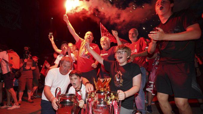 Suporter Liverpool merayakan gelar juara Premier League di depan Stadion Anfield, Kamis (25/6/2020). Titel juara Liga Inggris 2019-20 ini merupakan gelar pertama Liverpool setelah puasa selama 30 tahun
