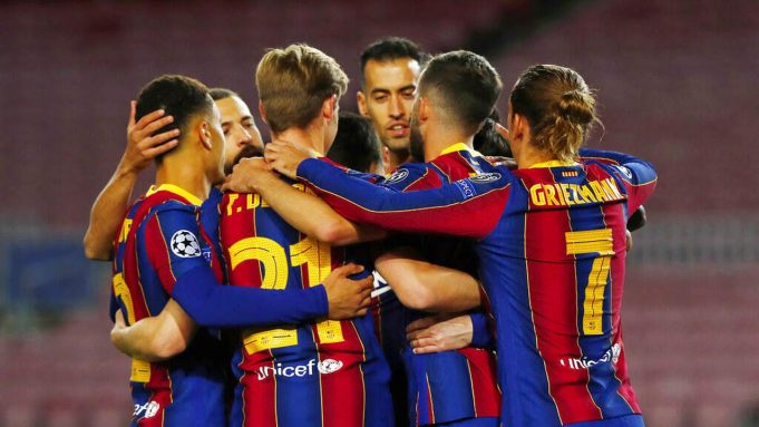 Para pemain Barcelona merayakan gol yang dicetak oleh Lionel Messi ke gawang Dynamo Kiev pada laga Liga Champions di Stadion Camp Nou, Kamis (5/11/2020). Barcelona menang dengan skor 2-1