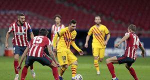 Penyerang Barcelona, Lionel Messi berusaha mengumpan bola saat bertanding melawan Atletico Madrid pada pertandingan lanjutan La Liga Spanyol di stadion Wanda Metropolitano di Madrid, Spanyol, Sabtu (21/11/2020). Atletico menang tipis atas Barcelona 1-0