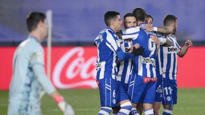 Para pemain Alaves merayakan gol yang dicetak oleh Lucas Perez ke gawang Real Madrid pada laga Liga Spanyol di Stadion Alfredo di Stefano, Sabtu (28/11/2020). Real Madrid takluk dengan skor 1-2.