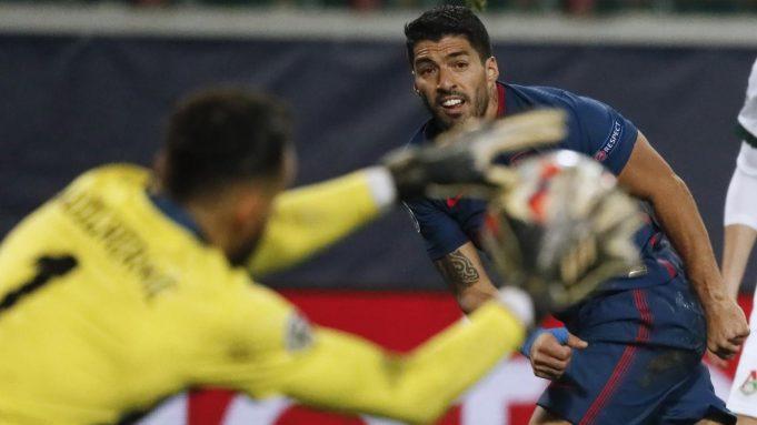 Penyerang Atletico Madrid, Luis Suarez, berusaha mencetak gol ke gawang Lokomotiv Moscow pada laga lanjutan Liga Champions 2020/2021di Stadion Lokomotiv, Rabu (4/11/2020) dini hari WIB. Atletico Madrid bermain imbang 1-1 melawan Lokomotiv Moscow
