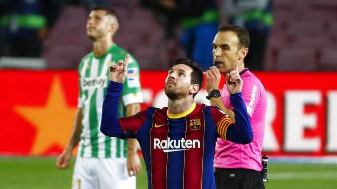 Striker Barcelona, Lionel Messi, melakukan selebrasi usai mencetak gol ke gawang Real Betis pada laga La Liga di Stadion Camp Nou, Sabtu (7/11/2020). Barca menang dengan skor 5-2