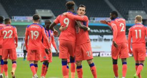 Pemain Chelsea merayakan gol yang dicetak Tammy Abraham ke gawang Newcastle United pada laga lanjutan Liga Inggris di St James Park, Sabtu (21/11/2020) malam WIB. Chelsea menang 2-0 atas Newcastle United