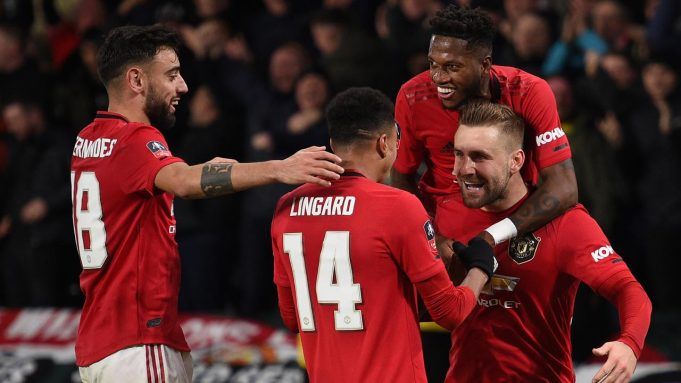 Pemain Manchester United merayakan gol yang dicetak Luke Shaw ke gawang Derby Country pada laga babak kelima Piala FA di Pride Park Stadium, Kamis (5/3). Manchester United menang 3-0 atas Derby Country