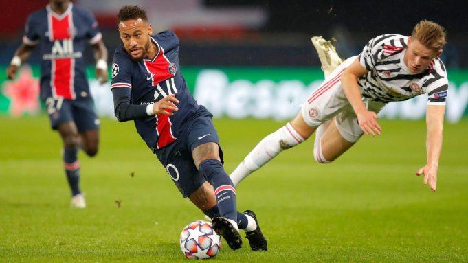 Penyerang Paris Saint Germain (PSG), Neymar membawa bola menjauh dari gelandang Manchester United (MU), Scott McTominay pada matchday pertama Liga Champions Grup H di Parc des Princes, Rabu (21/10/2020) dini hari WIB. MU berhasil mempermalukan tuan rumah PSG 2-1.