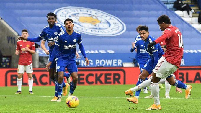 Striker Manchester United, Marcus Rashford, melepaskan tendangan saat melawan Leicester City pada laga Liga Inggris di Stadion King Power, Sabtu (26/12/2020). Kedua tim bermain imbang 2-2.
