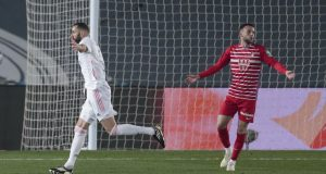 Striker Real Madrid Karim Benzema merayakan golnya ke gawang Granada dalam lanjutan Liga Spanyol di Stadion Alfredo Di Stéfano, Kamis (24/12/2020) dini hari WIB.