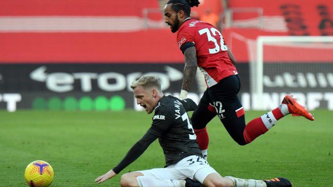 Gelandang Manchester United, Donny van de Beek, berusaha keras untuk mengamankan bola dalam laga kontra Southampton di Premier League, Minggu (29/11/2020).