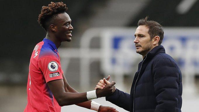 Pelatih Chelsea, Frank Lampard, memberikan selamat kepada Tammy Abraham usai menghadapi Newcastle United pada laga lanjutan Liga Inggris di St James Park, Sabtu (21/11/2020) malam WIB. Chelsea menang 2-0 atas Newcastle United.