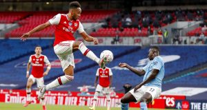 Striker Arsenal, Pierre-Emerick Aubameyang, mengontrol bola saat melawan Manchester City pada laga Piala FA di Stadion Wembley, Sabtu (18/7/2020). Arsenal menang 2-0 atas Manchester City.