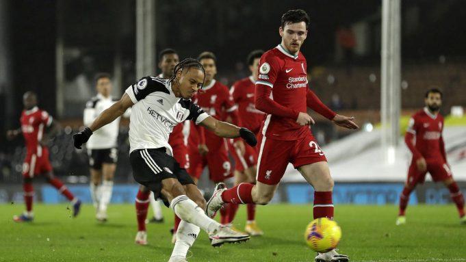 Striker Fulham, Bobby Decordova-Reid, melepaskan tendangan yang berbuah gol untuk timnya ke gawang Liverpool dalam laga lanjutan Liga Inggris 2020/21 pekan ke-12 di Craven Cottage, Minggu (13/12/2020). Fulham bermain imbang 1-1 dengan Liverpool.