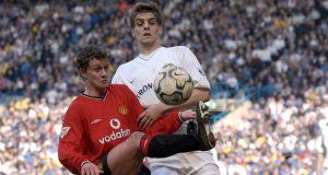 Striker Manchester United, Ole Gunnar Solskjaer mengontrol bola dari kawalan bek Leeds United, Johnathan Woodgate selama bertanding pada 30 Maret 2002. Solskjaer bermain 366 kali untuk MU, dan mencetak 126 gol.
