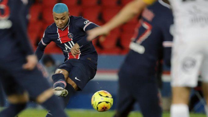 Penyerang PSG, Kylian Mbappe menendang bola saat bertanding melawan Lorient pada pertandingan lanjutan Liga 1 Prancis di Parc des Princes di Paris, Prancis, Kamis (17/12/2020). PSG menang atas LoriePenyerang PSG, Kylian Mbant 2-0 dan Mbappe mencetak gol lewat titik penalti.