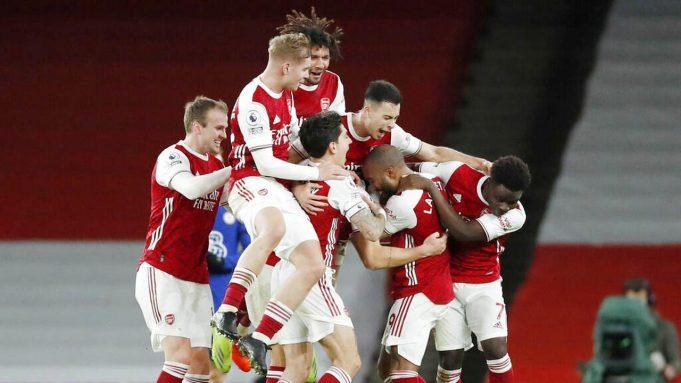 Para pemain Arsenal merayakan gol yang dicetak oleh Alexandre Lacazette ke gawang Chelsea pada laga Liga Inggris di Stadion Emirates, Sabtu (26/12/2020). Arsenal menang dengan skor 3-1