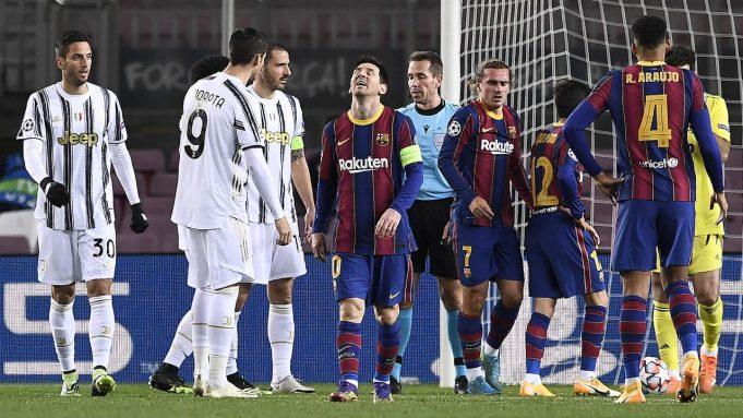 Penyerang Barcelona, Lionel Messi, tampak kecewa usai gagal mencetak gol ke gawang Juventus pada laga matchday terakhir Grup G Liga Champions di Camp Nou Stadium, Rabu (9/12/2020) dini hari WIB. Juventus menang 3-0 atas Barcelona.