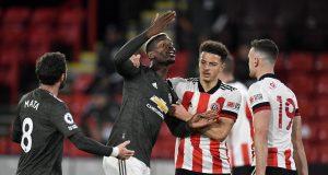 Gelandang Manchester United, Paul Pogba (kedua dari kiri), terlibat pertikaian dengan bek Sheffield United, Jack Robinson (kanan), dalam laga lanjutan Liga Inggris 2020/21 pekan ke-13 di Bramall Lane, Sheffield, Kamis (17/12/2020). Manchester United menang 3-2