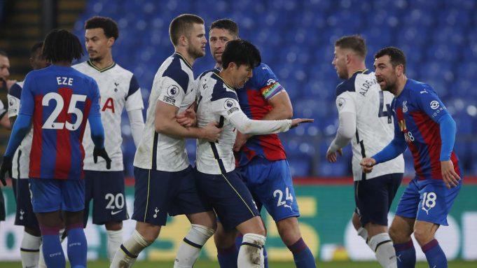 Pemain Tottenham Hotspur, Eric Dier (tiga dari kiri) dan Son Heung-Min (tengah) berselisih dengan pemain Crystal Palace, Gary Cahill, pada pertandingan Liga Inggris di Selhurst Park, Minggu (13/12/2020).