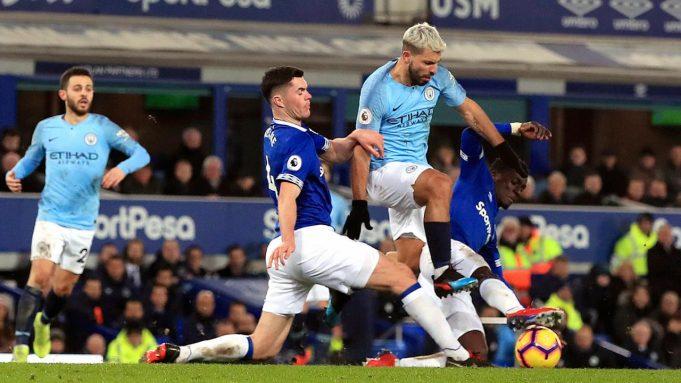 Striker Manchester City, Sergio Aguero berusaha melewati dua pemain Everton, Idrissa Gueye dan Michael Keane selama pertandingan lanjutan Liga Inggris di Goodison Park Stadium (6/2). City menang atas Everton 2-0