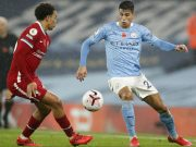 Bek Manchester City Joao Cancelo dan Trent Alexander-Arnold dari Liverpool berebut bola pada pertandingan Liga Inggris pekan ke-8 di Etihad Stadium, Minggu (8/11/2020). City gagal mengalahkan Liverpool dan harus puas berbagi angka setelah bermain imbang 1-1.