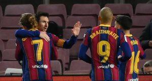 Para pemain Barcelona merayakan gol yang dicetak oleh Lionel Messi ke gawang Levante pada laga Liga Spanyol di Stadion Camp Nou, Senin (14/12/2020). Barcelona menang dengan skor 1-0.