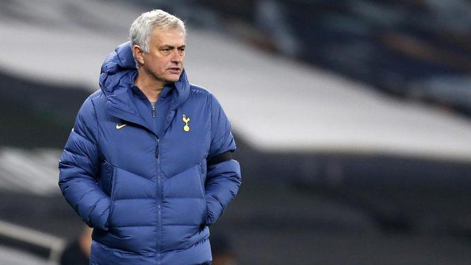 Pelatih Tottenham, Jose Mourinho, memperhatikan pemainnya saat menghadapi Ludogorets pada laga lanjutan Grup J Liga Europa di Tottenham Hotspur Stadium, Jumat (27/11/2020) dini hari WIB. Tottenham menang 4-0 atas Ludogorets.
