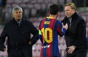 Pelatih Barcelona, Ronald Koeman (kanan), bersalaman dengan Lionel Messi (tengah).