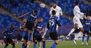 Bek Real Madrid, Sergio Ramos, mencetak gol ke gawang Inter Milan pada laga Liga Champions di Stadion Alfredo Di Stefano, Rabu (4/11/2020). Real Madrid menang dengan skor 3-2.