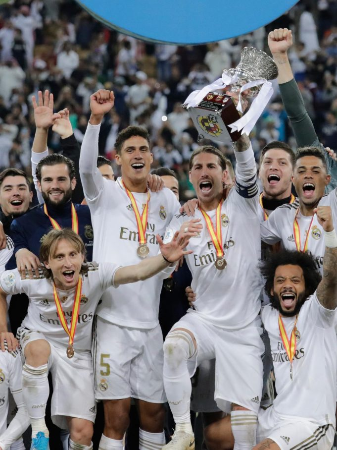 Pemain Real Madrid Sergio Ramos mengangkat trofi juara Piala Super Spanyol bersama rekan-reakannya usai mengalahkan Atletico Madrid pada pertandingan final di King Abdullah Stadium, Jeddah, Arab Saudi, Senin (13/1/2020). Real Madrid menang adu penalti 4-1