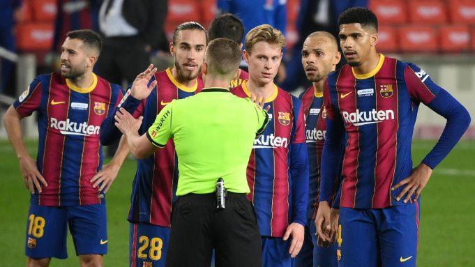 Para pemain Barcelona mempertanyakan keputusan wasit Alejandro Hernandez Fernandez usai berakhirnya laga lanjutan Liga Spanyol 2020/21 melawan Valencia di Camp Nou Stadium, Barcelona, Sabtu (19/12/2020). Barcelona bermain imbang 2-2 dengan Valencia