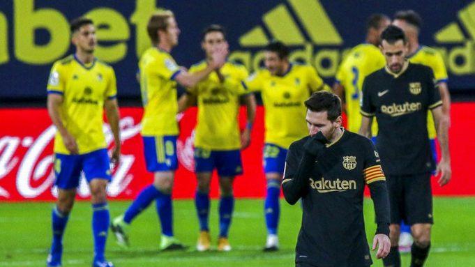 Striker Barcelona, Lionel Messi, tertunduk lesu usai ditaklukkan Cadiz pada laga Liga Spanyol di Stadion Ramon Carranza, Minggu (6/12/2020). Barcelona takluk dengan skor 1-2.