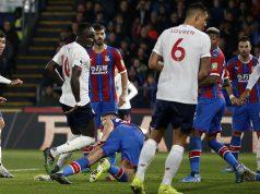 Suasana kemelut di depan gawang Crystal Palace saat melawan Liverpool pada laga Premier League di Stadion Selhurst Park, London, Sabtu (23/11). Palace kalah 1-2 dari Liverpool.